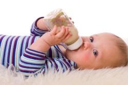Кормление ребенка качественной детской смесью для профилактики пищевой аллергии