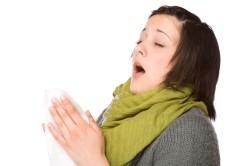 Чихание - один из симптомов аллергии на цветы