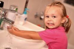 Умывание холодной водой при закаливании